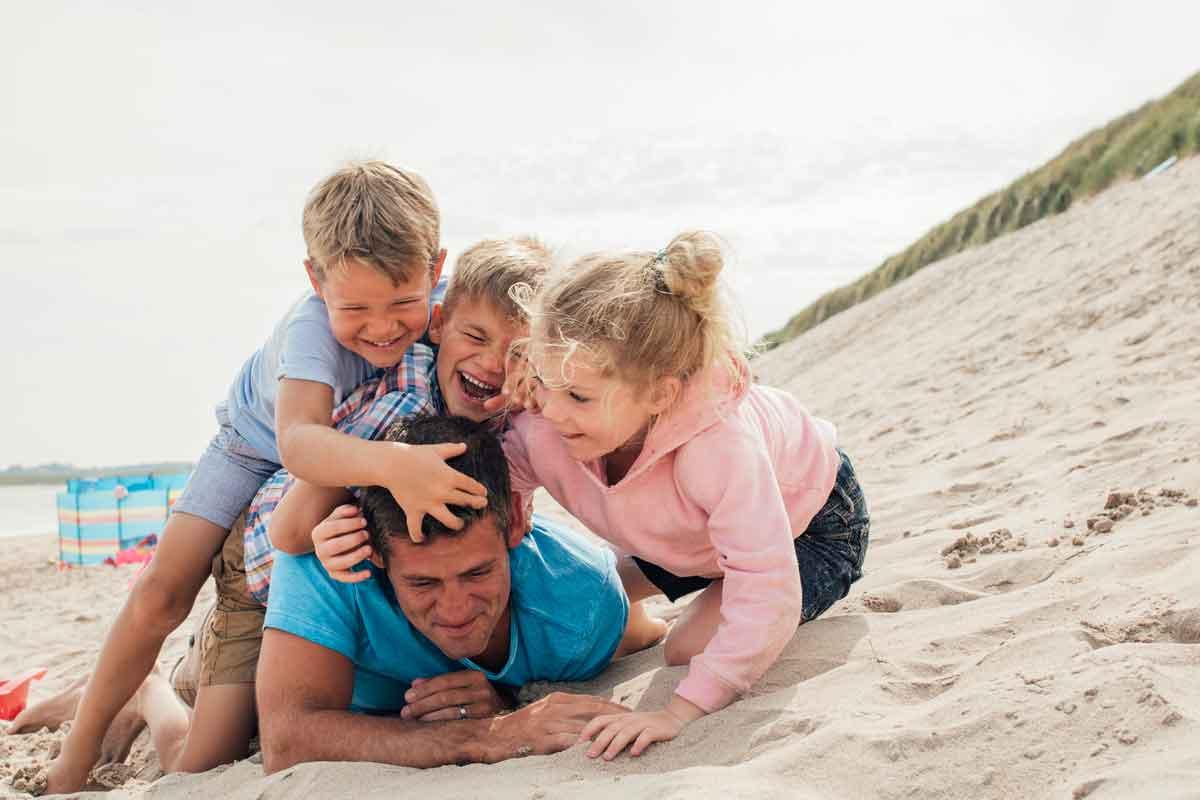 spelen met gezin bij huisje aan zee Koudekerke